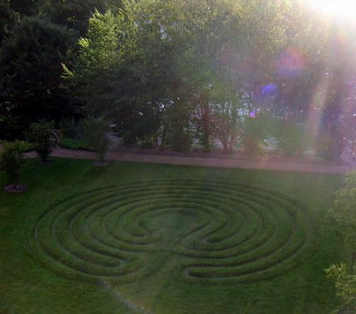 Das Labyrinth am Benediktushof bei Sonnenuntergang