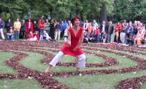Lisa tanzt(e) 2004 beim Labyrinth Projekt Würzburg