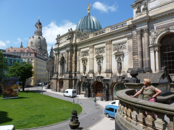 Kunstakademie mit Zitronenpresse, links die Frauenkirche