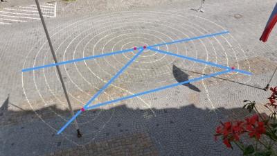 Die Konstruktionslinien (blau) und die Mittelpunkte (rot)